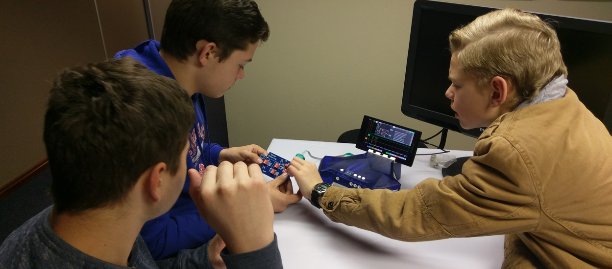 kids learning electronics with Seebox